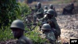 Des soldats de l'armée congolaise prennent position à Kanyarucinya, à environ 12 km de Goma, dans l'est de la République démocratique du Congo, le 16 juillet 2013.