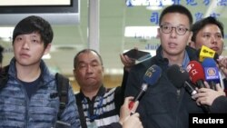 "FILE - Student leaders of Taiwan's ""Sunflower Movement"" Lin Fei-fan (R) and Chen Wei-ting talk to reporters at the Taipei District court, March 25, 2015."