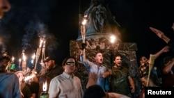 2017年8月11日,在维吉尼亚州夏洛茨维尔举行的团结右翼集会之前,白人民族主义者参加了维吉尼亚大学的火炬点火游行。