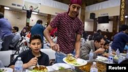 Muslim AS melakukan buka puasa bersama di Falls Church, Virginia Ramadan tahun lalu (Foto: Reuters). Umat Muslim tidak bisa melakukan buka puasa bersama bulan Ramadan tahun ini akibat pandemi.