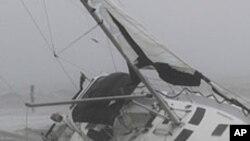 Un homme tentant de quitter son bateau en plein ouragan près de Norfolk, en Virginie