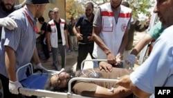 Nhân viên y tế Libya đưa một người bị thương đến một bệnh viện dã chiến