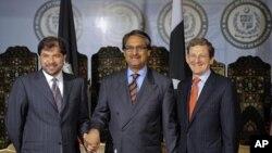 美國特使格羅斯曼(右)﹑巴基斯坦外交秘書賈利爾•吉拉尼(中)和阿富汗副外長魯丁(左)星期五在伊斯蘭堡會晤