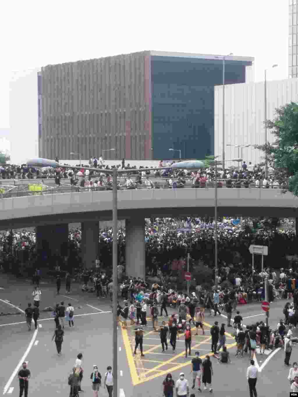 香港民众6月12日中午在金钟一带聚集抗议逃犯条例修订(香港市民提供)