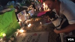 """Casi """"todos los nombres de las víctimas parecen ser portorriqueños"""", señaló Karina Claudio Betancourt, una activista de la Open Society Foundations, mientras leía el listado."""