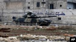 Xe tăng quân đội Syria được nhìn thấy ở khu vực Tariq al-Bab phía đông Aleppo, Syria, 3/12/2016.