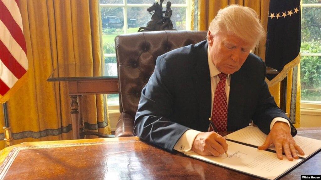 آقای ترامپ روز دوشنبه ۱۶ اسفند فرمان جدیدی صادر کرد که باز شهروندان ایران و پنج کشور دیگر از دریافت ویزای آمریکا منع شدند.