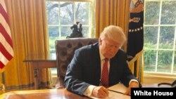 Juru bicara Gedung Putih, Sean Spicer mengunggah foto Presiden Donald Trump saat menandatangani inpres terkait larangan pendatang dari enam negara muslim di Gedung Putih, 6 Maret 2017, melalui akun twitter.