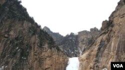 Air terjun Kuryong yang terletak di resor Gunung Kumgang di Korea Utara, tak jauh dari perbatasan Korea Selatan.