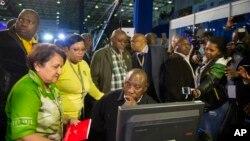 Le vice-président du Congrès national africain (ANC), Cyril Ramaphosa, assis, et les membres du parti discutent des résultats des élections municipales au centre des résultats à Pretoria, Afrique du Sud, 5 août 2016.