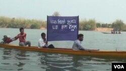 Người dân sống dọc sông Sesan ở đông bắc Campuchia phản đối việc xây dựng Ðập số 2 ở hạ nguồn sông Se San.
