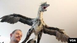 Ahli Paleontologi Brazil, Alexander Kellner, menunjukkan replika Microraptor dalam suatu kongres Palentologi di Brazil (Foto: dok).