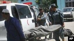 جسد بی جان افراد پولیس از آمبولانس به طرف شفاخانه درغزنی خارج می شود