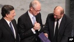 PresidenKomisi Eropa Jose M Barosso (kiri), Presiden Dewan Eropa Herman Rompuy, dan Presiden Parlemen Eropa Martin Schulz saat menerima penghargaan Nobel di City Hall, Oslo (10/12)