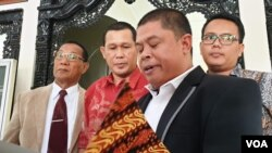 Romi Habie (berjas hitam) dan tim pengacara bersama Ngadiyono (kemeja merah) di PTUN Yogyakarta. (Foto:VOA/Nurhadi)