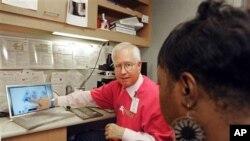 Ahli patologi sedang menjelaskan hasil pemeriksaan kanker cervic untuk seorang pasien di Minneapolis, AS (Foto: dok).