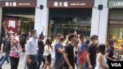 網友週五中午在尖沙咀沿彌敦道快閃抗議(美國之音圖片/張富傑拍攝)