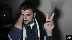 一位叙利亚难民讲述他参加集会而被军警枪击手指而导致截肢的故事