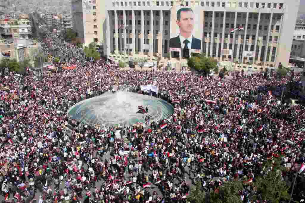 Une contre-manifestation regroupant des pro-gouvernement syrien soutenant le président Bachar Assad à Damas, en Syrie, 29 mars 2011.