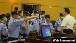 中國法學家徐昕在包頭法庭上遭法警吼叫 (李永恆律師微博圖片 )