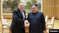 지난 5월 평양을 방문한 마이크 폼페오 미국 국무장관이 김정은 북한 국무위원장과 악수하는 모습을, 북한 관영 '조선중앙통신'이 공개했다.