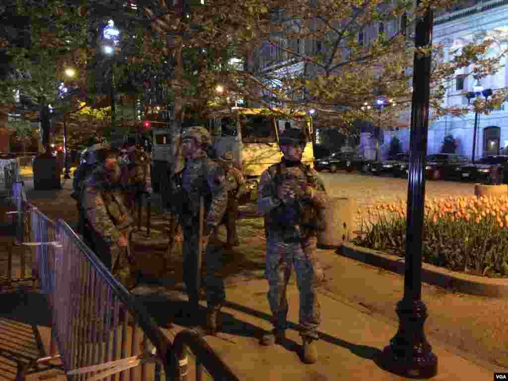 全副武装的士兵在巴尔的摩战争纪念馆门前 (美国之音王子扬拍摄)