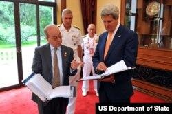 美国国务卿克里(右)与亚太助卿拉塞尔(左)(照片来源:美国国务院)