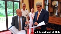 美国国务卿克里(右)与亚太助卿拉塞尔(左)(美国国务院照片)