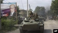 ოსი ჯარისკაცები რუსულ ტანკზე, ცხინვალი, 2008 წლის 11 აგვისტო
