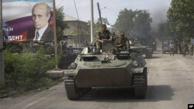 Российская бронетехника входит в Цхинвали. 11 августа 2008 г.
