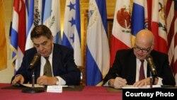 Mario Kreutzberger y José Miguel Insulza firman una carta de intención.