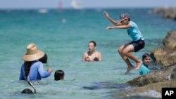 Sekelompok ada muda di pantai Miami Beach, Florida, 30 Juni 2020. (Foto: AP)