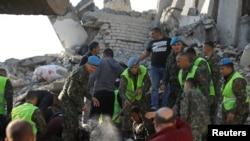 Yıkılan binalarda arama kurtarma çalışmaları devam ediyor