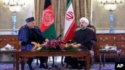 阿富汗總統卡爾扎伊(左)與伊朗總統魯哈尼12月8日在德黑蘭