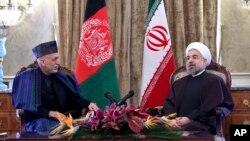 아프가니스탄을 방문한 하산 로하니 이란 대통령(오른쪽)이 8일 하미드 카르자이 아프간 대통령과 회담했다.