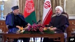 Presiden Afghanistan Hamid Karzai membahas kerjasama bilateral dengan Presiden Iran Hassan Rouhani di Teheran hari Minggu (8/12).
