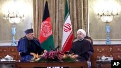 Tổng thống Afghanistan Hamid Karzai (trái) hội đàm với Tổng thống Iran Hassan Rouhani tại Tehran, 8/12/13