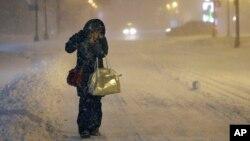 Denise Young de Lynnfield, dans le Massachusetts, une infirmière se rend au travail a pied, 27 janvier 2015.
