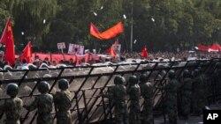 중국 베이징의 일본대사관 앞에서 벌어진 반일 시위.