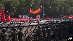 2012年9月16日反日示威者朝日本驻北京大使馆大门前投掷水瓶