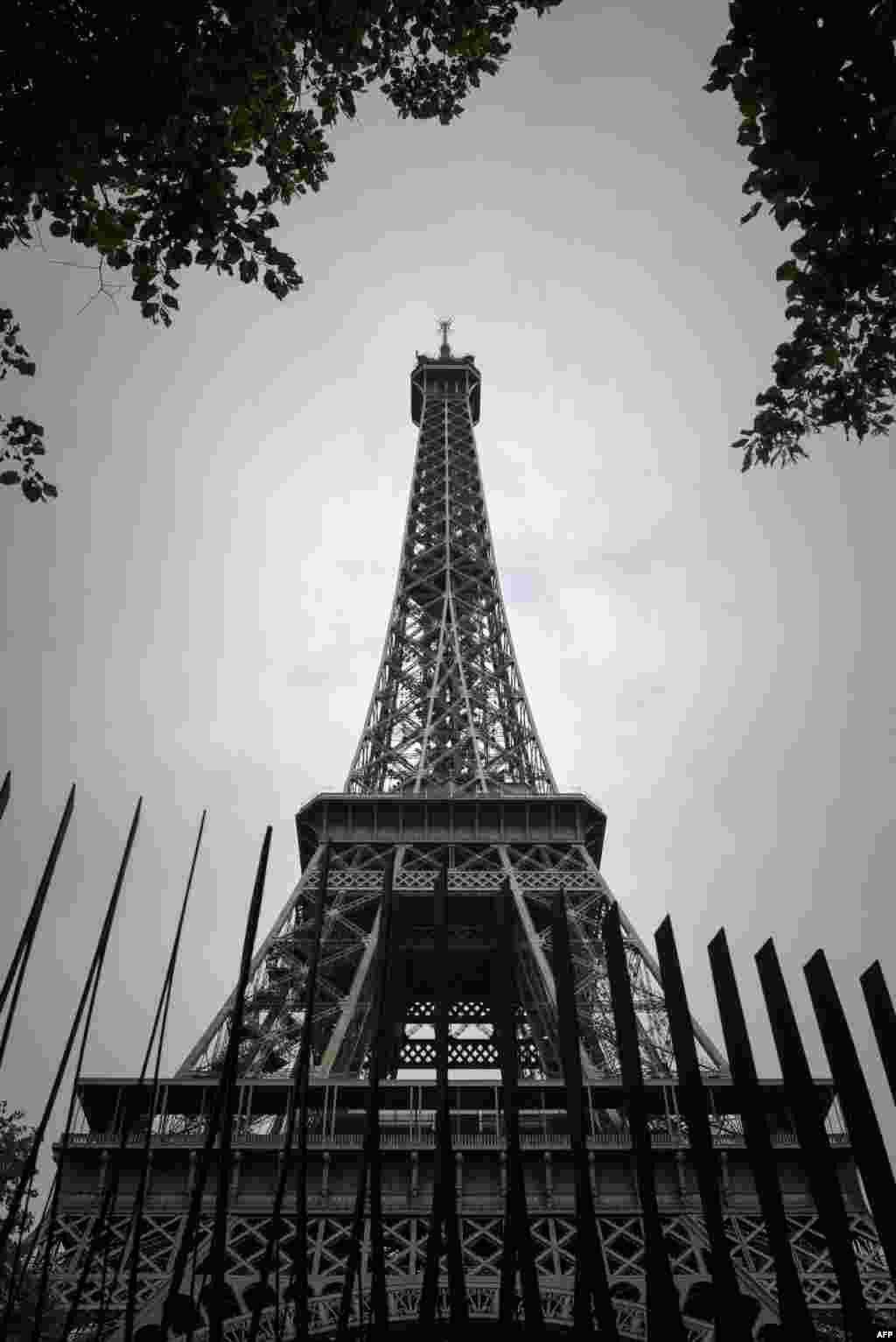 نصب دیوارهای فولادی ضدگلوله در اطراف برج ایفل پاریس به منظور تامین امنیت این بنای یادبود