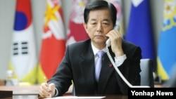 한민구 한국 국방부 장관이 31일 서울 용산구 국방부에서 창완취안 중국 국방부장과 직통전화로 통화하고 있다.