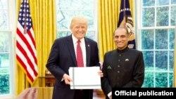 د امریکې لپاره د پاکستان سفیر اعزاز احمد چوهدري له ولسمشر ټرمپ سره په سپینه ماڼې کې.