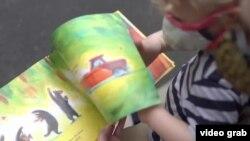 媽媽為兒童書改畫新冠特色插圖而爆紅(視頻截圖)
