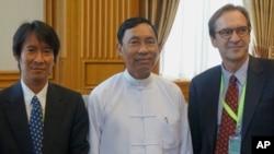 VOA Director David Ensor with Burmese officials