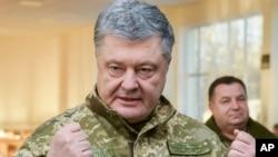 Le président ukrainien, Petro Porochenko, s'adressant à des soldats lors d'une visite dans une base militaire de la région de Tchernihiv, en Ukraine, le mercredi 28 novembre 2018. (Mykola Lazarenko, Service de presse présidentiel via AP)