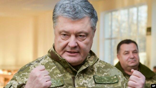 Tổng thống Ukraine Petro Poroshenko thăm một căn cứ quân sự hôm 28/11/2018