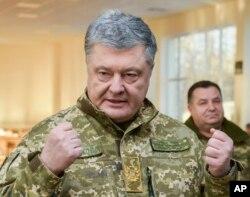 ປະທານາທິບໍດີ Petro Poroshenko ຂອງຢູເຄຣນ ກ່າວຄຳປາໄສຕໍ່ທະຫານ ຢູ່ຄ້າຍທະຫານໃນເຂດ Chernihiv ຂອງປະເທດໃນວັນທີ 28 ພະຈິກ 2018