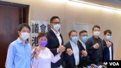 香港民主黨7名立法會議員8月20日召開記者會宣布,將會委託有公信力的民調機構,作大型全港性取樣民意調查,並舉辦最少一場大型辯論會,是否留任立法會議員。(美國之音湯惠芸攝)