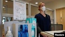Медсестра очікує на прибуття ймовірно інфікованих пацієнтів у лікарні Fort Belvoir Community Hospital, штат Вірджинія, 18 березня 2020 (REUTERS/Kevin Lamarque)
